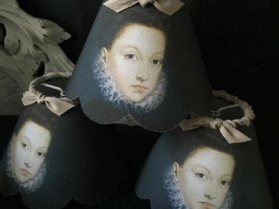 Petit abat jour festonné esprit baroque Isabella jeune femme