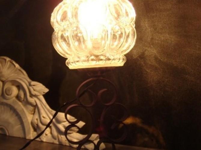 Jolie lampe ancienne en métal patiné & abat jour en verre