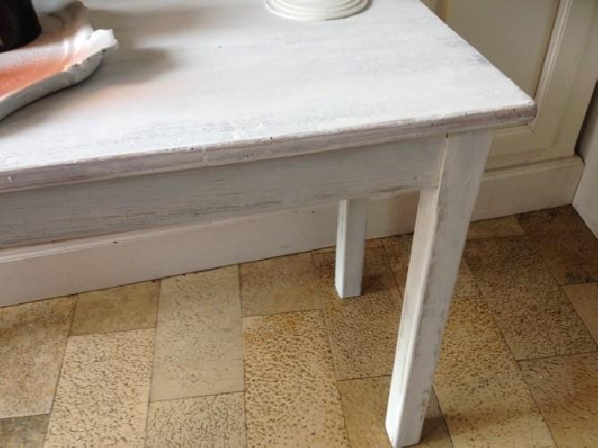 Esprit monacal pour cette table basse patine blanche