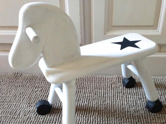Petit cheval sur roulettes patine blanche