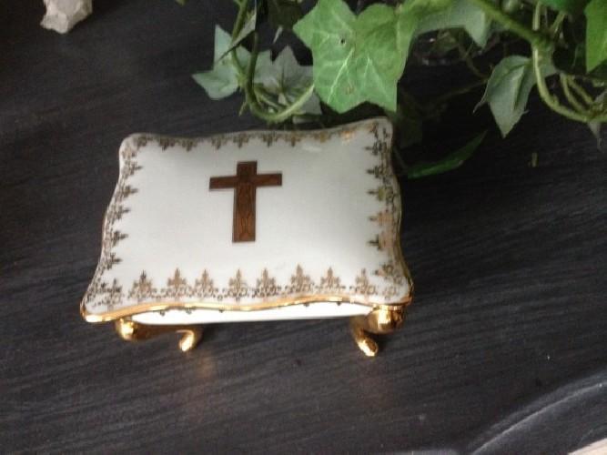 Boite religieuse en pocelaine fine dorée à l'or fin