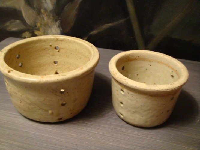 Deux pots anciens à faisselle