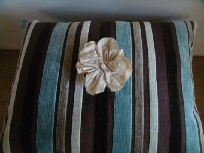 Coussins rayés chocolat, turquoise et beige fané
