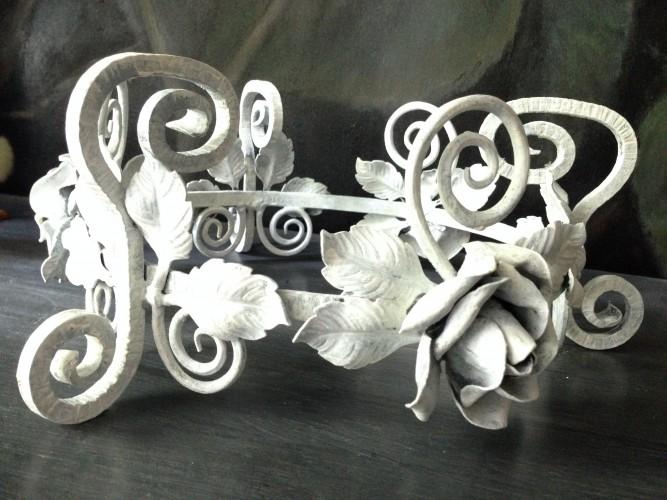 Couronne roses métal patine blanche