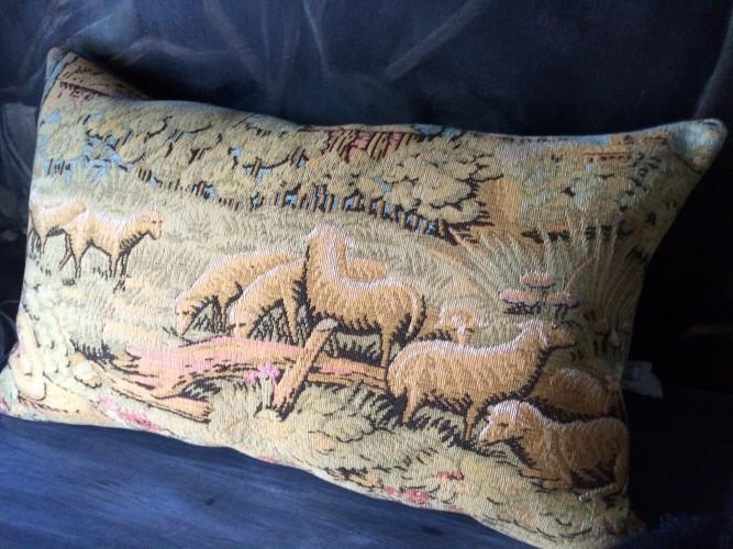 Coussin tapisserie ancienne esprit château - III -